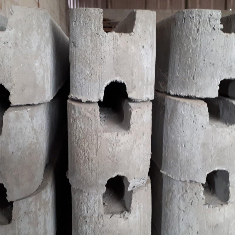 betonpaal voor muur